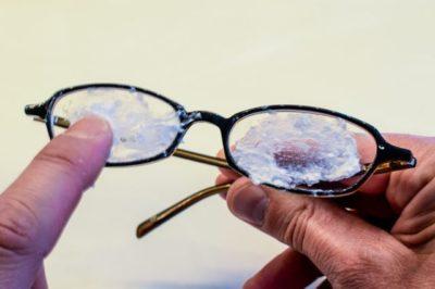 Как удалить царапины с очков за 1 минуту. Эти 10 простых трюков сделают очки «как новенькие»