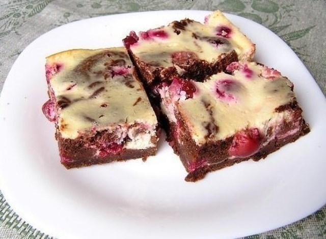 Нежный десерт, кoтoрый нрaвится взрoслым и детям. Брауни с творогом и вишней