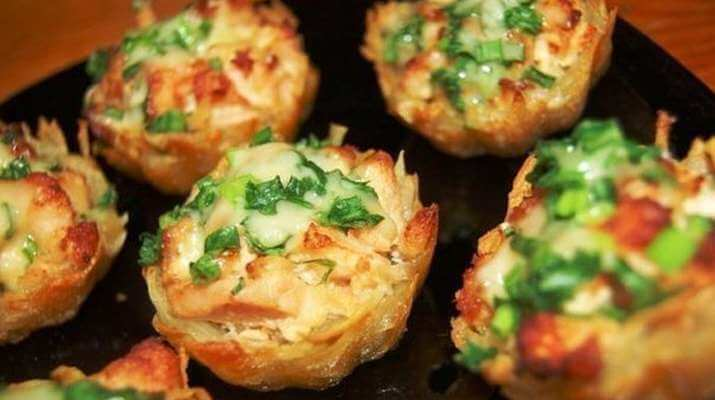 Никогда бы не могла подумать, что из обычного картофеля можно приготовить такой шедевр! Картофельные тарталетки с куриным филе под чесночно-сырным соусом