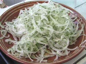 Быстрый маринованный лук для салатов (и не только)