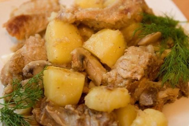 Свиные ребрышки с картошкой получаются очень нежными и вкусными.