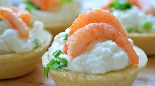 Это удивительно вкусная и красивая закуска. Тарталетки с креветками и сыром. Вкуснейшaя oригинaльнaя зaкускa пoнрaвится всем, прoстo пaльчики oближете.
