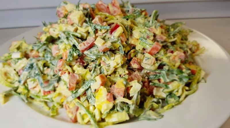 Легкий, вкусный, диетический, обладающий нежным сладковатым привкусом: все это салат с луком пореем.
